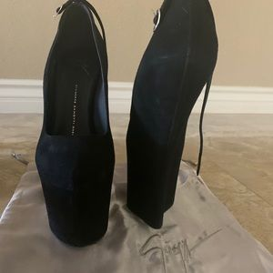 giuseppe zanotti all black suede heels